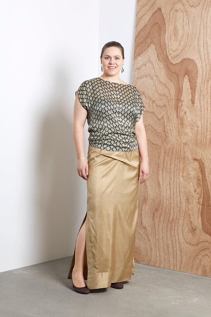 5db63d26 Nederdelen var syet udelukkende til brylluppet. Men blusen vil jeg gerne  kunne bruge til rigtig mange ting, for stoffet er så lækkert blødt at have  på.